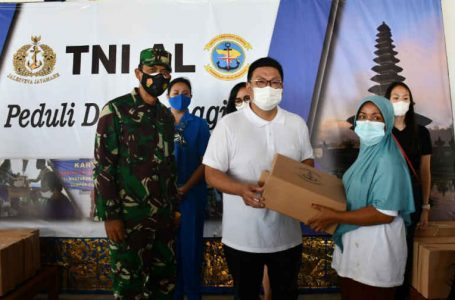 Gelar Bakti Sosial, TNI Angkatan Laut Peduli dan Berbagi di Pulau Serangan