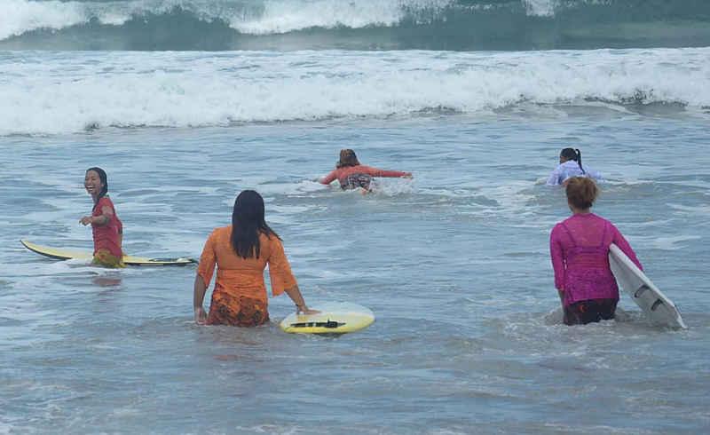 Perempuan Berkebaya Meriahkan Kartini Go Surf 2021