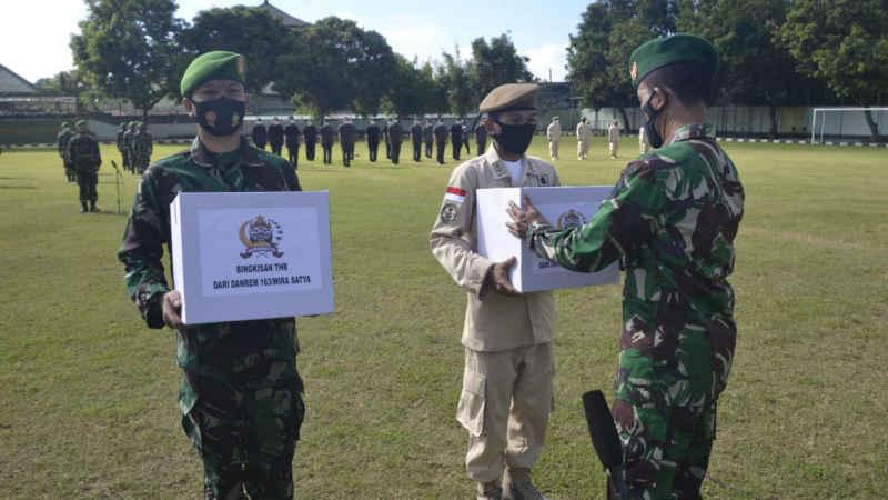 Sambut Idul Fitri, Korem 163/Wira Satya Serahkan Bingkisan untuk Para Prajurit dan PNS