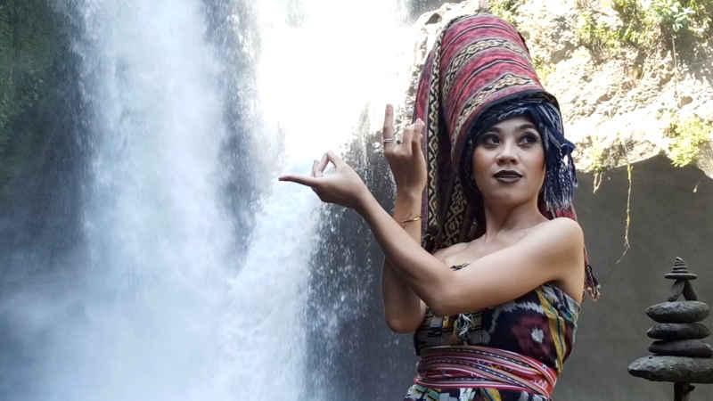 Fashion Show Wastra Nusantara di Air Terjun Tegenungan, Satukan Budaya dengan Alam