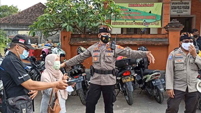 Sosialisasi Prokes dan Pembagian Masker, Kapolsek Kuta Ajak Pedagang Pasar Bernyanyi