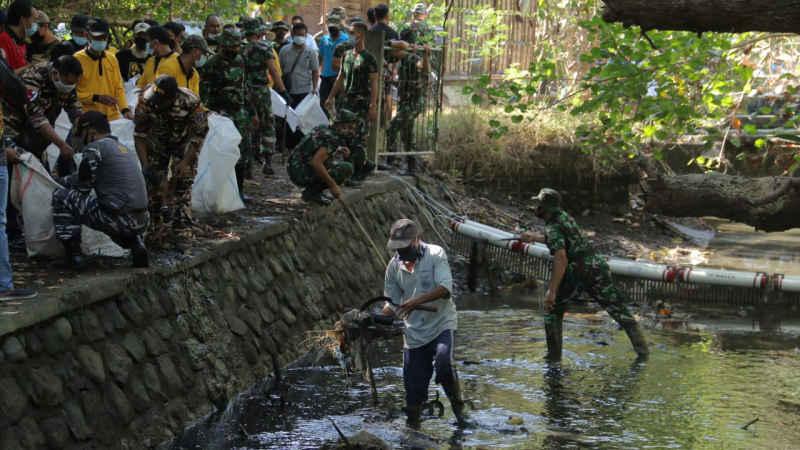 Kodam IX/Udayana Gandeng Komunitas Sungai Watch Bersihkan Area Mangrove