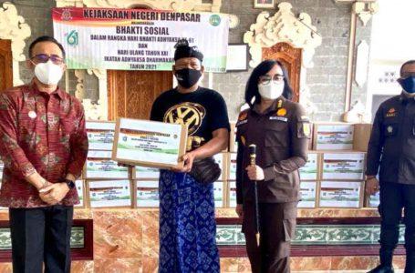 Kajari Denpasar Bantu Sembako untuk Warga Terdampak Covid-19 di Denpasar