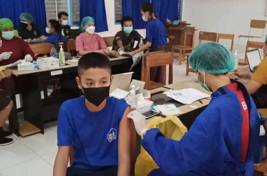 Vaksinasi Tahap Kedua di SMPN 1 Kuta, Tur Adnyana Apresiasi Kedisiplinan Siswa Terapkan Prokes