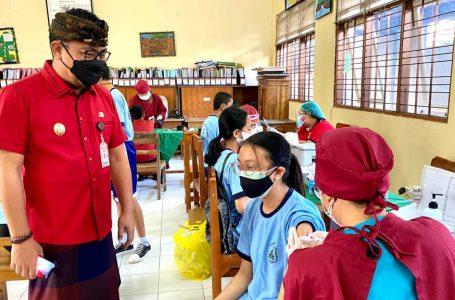 Percepat Vaksinasi Pada Remaja, Wawali Arya Wibawa Tinjau Vaksinasi Di SMPN 7 Denpasar