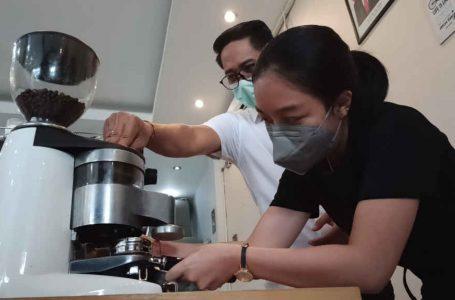 Dokter Muda Tertarik Belajar Barista