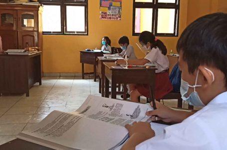 Terapkan Pendampingan Belajar, Siswa SD Widiatmika Disiapkan Kartu Disiplin Prokes
