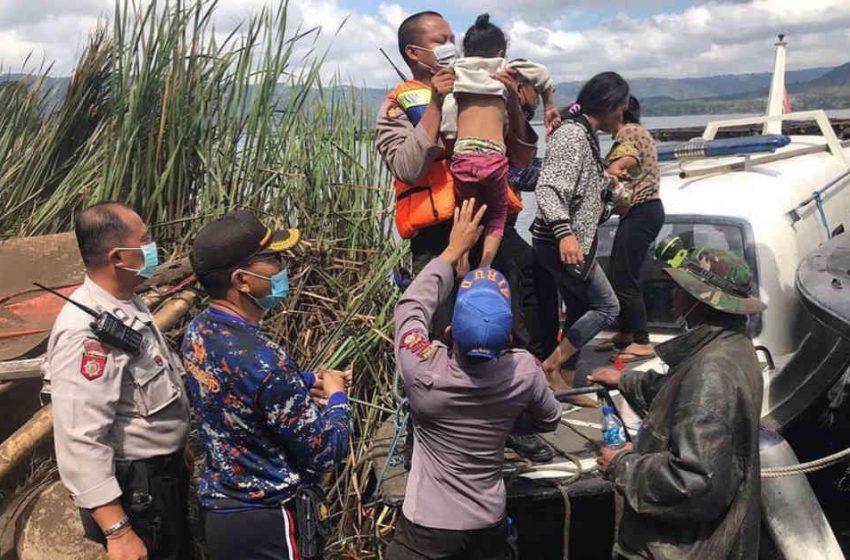 Akses Tertimbun Longsor, Evakuasi Dilakukan Melalui Jalur Danau