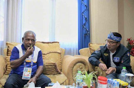 Ridwan Kamil Cicipi Buah Pinang, Simbol Persaudaraan Masyarakat Papua